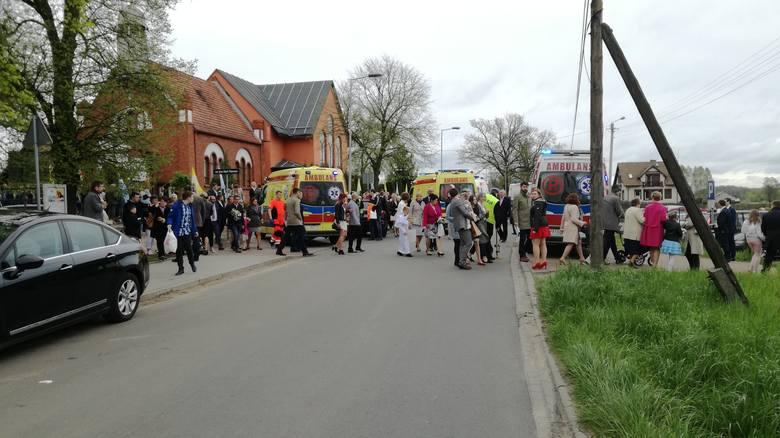 Dwie osoby zostały przetransportowane do szpitala, po tym, kiedy w tłum ludzi przed kościołem w Przyłękach wjechał samochód osobowy.Do niecodziennego