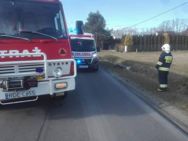 Do wypadku doszło w środę po godz.13, na granicy Dobrkowa i Mokrzca. Pracujący na miejscu policjanci wstępnie ustalili, że kierujący oplem insignią podjął