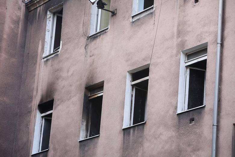 """Szczecin: Pożar w kamienicy. Trzy osoby nie żyją. """"Otworzyła okno, był huk i było po nich"""". Co się stało przy Małkowskiego? [WIDEO, ZDJĘCI"""