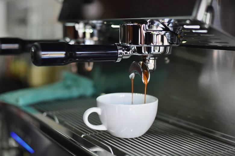 Dobry ekspres do kawy nie jest tani, jednak wyrazisty smak espresso czy latte zrekompensuje każdą cenę. Babcia i dziadek z takiego prezentu będą bardzo