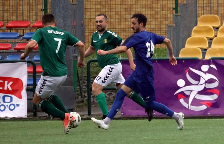 W jedynym niedzielnym meczu grupy 1 klasy A, rezerwy Broni wysoko pokonały drużynę Wisły Chotcza. BROŃ II RADOM - WISŁA CHOTCZA 9:0 (3:0) Bramki: Grudzień