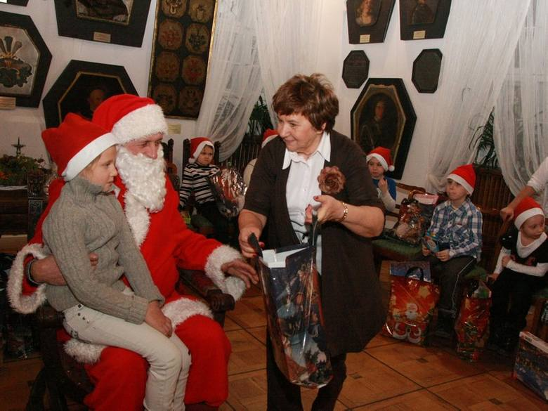W postać elfa rozdającego prezenty wcieliła się Teresa Chamienia, która kieruje stowarzyszeniem Św. Jan Chrzciciel.]\