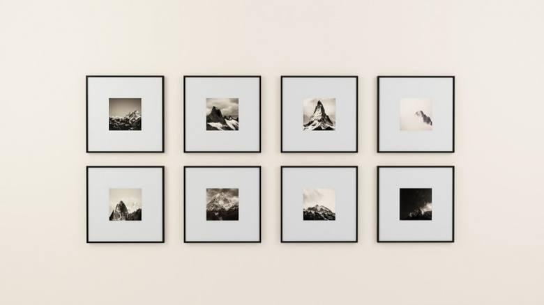 Jednolite ramki w galerii na ścianie