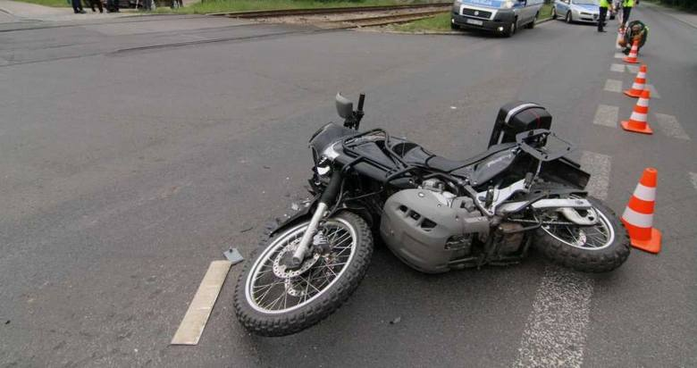 Do zderzenia motocykla i samochodu osobowego doszło w sobotę, 17 sierpnia, przed godz. 14.