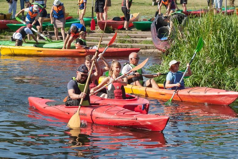Ruszył I Miejski Spływ Kajakowy na rzece Słupia. Uczestnicy ruszyli z Parku Kultury i Wypoczynku. Spływ zakończy się plenerowym ogniskiem z kiełbaskami