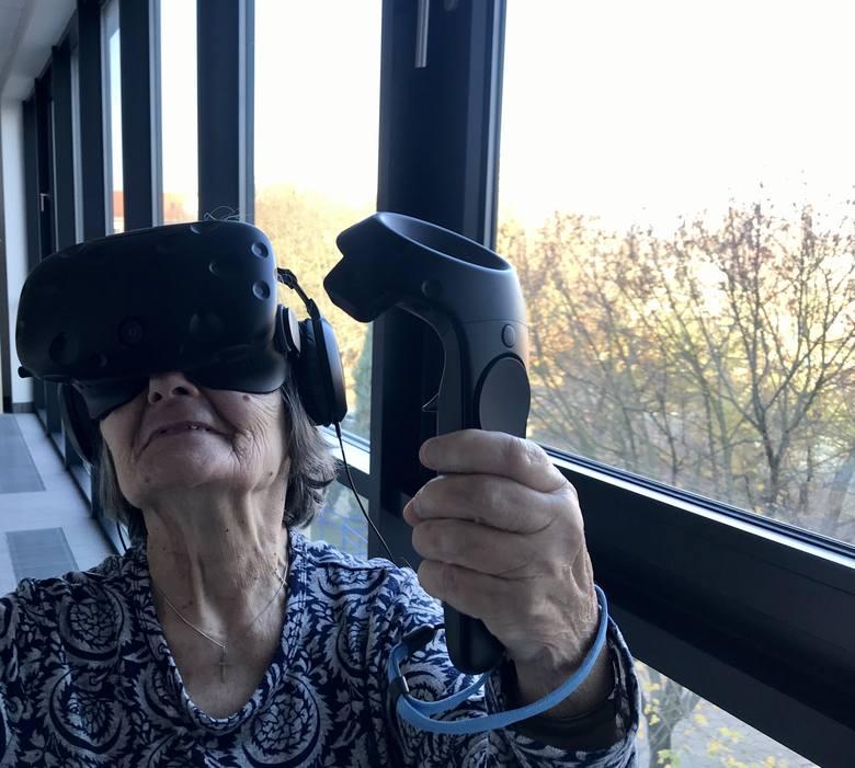 Jak mówi Andrzej Rossa, prezes stowarzyszenia, dzięki technologii VR pacjenci mogą przenieść się w inne miejsce bez konieczności podróżowania. Korzystanie