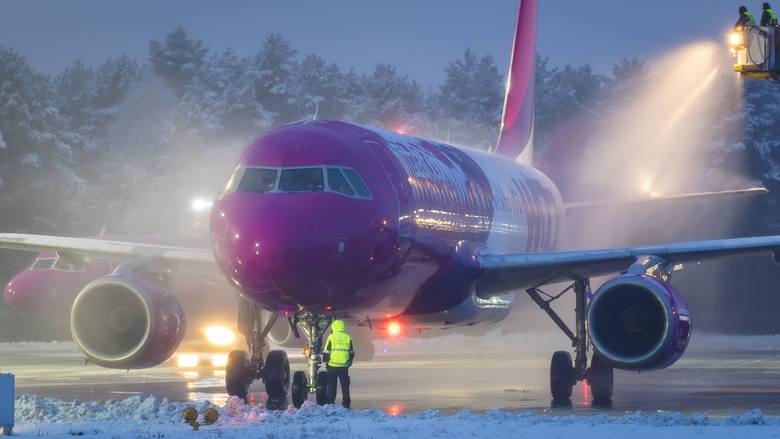 Temperatura spadła, na samolotach pojawiła się warstwa przymarzniętego lodu. Dziś między godz. 5.55, a 7 w porcie lotniczym Katowice-Pyrzowice rozpoczęło