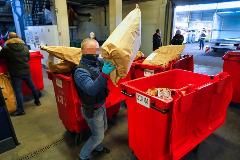 W spalarni, w obecności nadzorujących wszystko funkcjonariuszy, worki (wypełnione 88 kg marihuany, 11 kg amfetaminy i innych środków, a także prawie