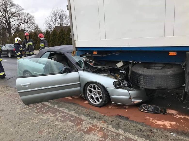 - Dzisiaj około godz. 9 w miejscowości Twierdza doszło do zderzenia dwóch samochodów: osobowego i ciężarowego - informuje Adam Szeląg, rzecznik prasowy