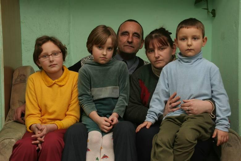 Na Warszowie mieszkają od 6 lat. Mają trójkę dzieci - Justynę (12 lat), Sylwię (6 lat) i najmłodszego 4-letniego Tomka. Są zadbane, czyste, dobrze się
