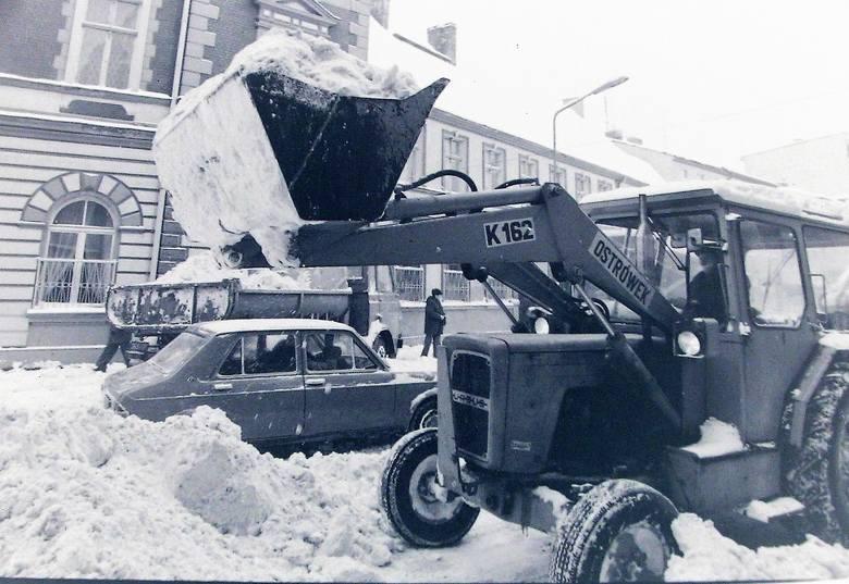 Usuwanie zwałów śniegu z centrum miasta – styczeń 1979.