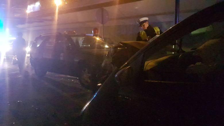 Wypadek w tunelu na trasie W-Z. Zderzenie dwóch samochodów. Ranna kobieta [ZDJĘCIA,FILM]