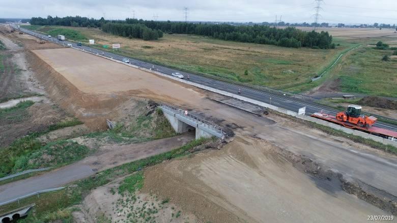 Tuszyn - Piotrków Trybunalski PołudnieRuch samochodów w obu kierunkach odbywa się jedną, wschodnią jezdnią. Na południe do dyspozycji kierowców są dwa