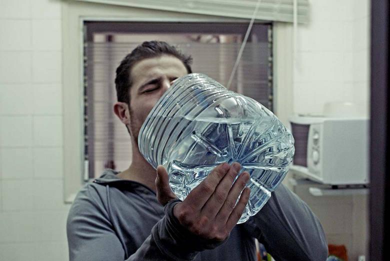 1. Pij dużo wody mineralnej niegazowanej. Kac to inaczej mówiąc złe samopoczucie występujące kilka godzin po spożyciu nadmiernej ilości napojów alkoholowych.