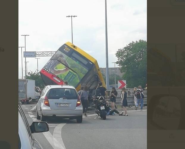 Wypadek miał miejsce ok. godziny 13. Autobus linii 186 w Warszawie uderzył w barierę, rozerwał się na pół i spadł z wiaduktu.CZYTAJ DALEJ NA NASTĘPNYM