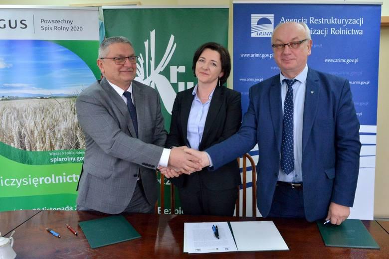 Od lewej Tadeusz Jakubowski, dyrektor Oddziału Regionalnego Kasy Rolniczego Ubezpieczenia Społecznego w Kielcach, Ewa Tomczyk, zastępca dyrektora Urzędu
