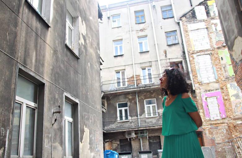 Zofia Sznajdman-Rydz na ulicy Lubartowskiej, gdzie kiedyś mieszkała jej rodzina.<br />