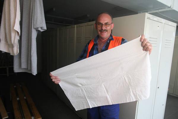 Bogdan Wojtynek pokazuje bawełnianą onucę, która w jego pracy sprawdza się lepiej niż skarpeta.