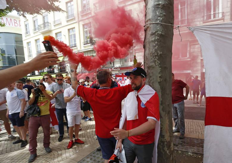 Anglicy już od rana dają o sobie znać w Saint-Etienne. Sympatycy Synów Albionu, jak to mają w zwyczaju na Euro 2016, dalecy są od kulturalnego kibicowania.