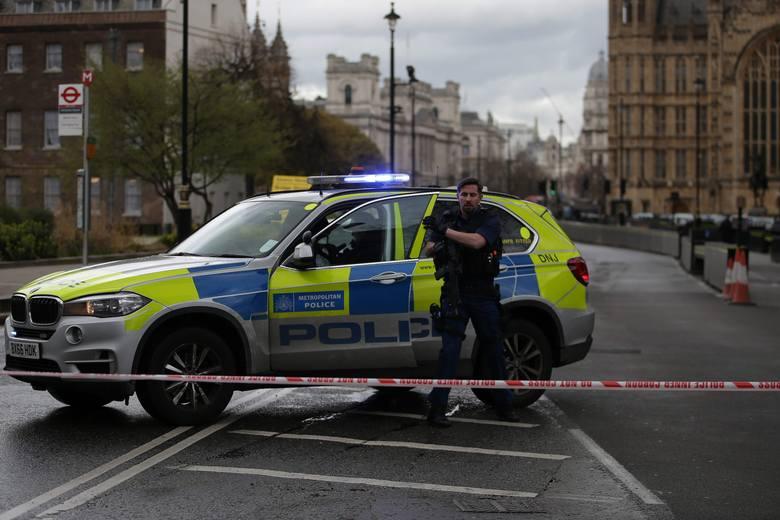 Policjanci przed budynkiem Parlamentu w Londynie