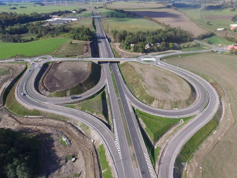 W najbliższych dniach kierowcy pojadą kolejnym odcinkiem drogi S6 – z Koszalina do Kołobrzegu. Jak wygląda ten odcinek z lotu ptaka? Zobaczcie zdjęc