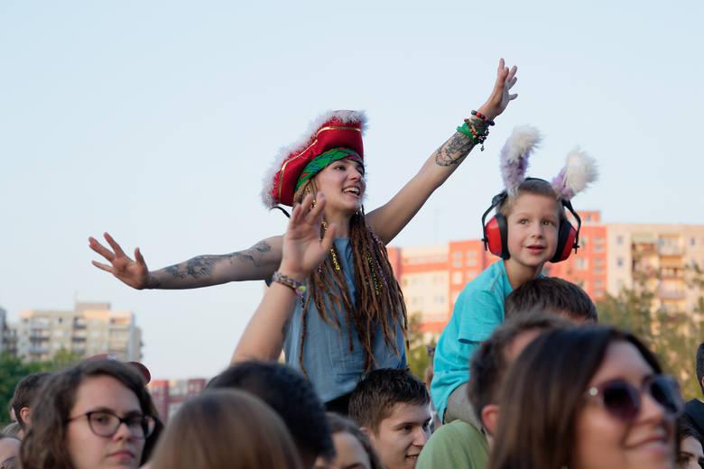 Rockowe koncerty przyciągnęły tłumy opolan na błonia Politechniki Opolskiej. W piątek podczas Rock Opole 2019 zagrali Dezerter, Łąki Łan, Happysad oraz
