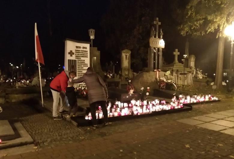 W piątek po południu stało się to, czego można było spodziewać się po ogłoszeniu rozporządzenia o trzydniowym zamknięciu cmentarzy. Tłumy radomian ruszyły