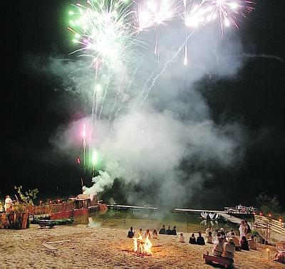 - Na zakończenie przedstawienia ,,Noc Nenufarów'' goście mogli obejrzeć pokaz ogni sztucznych .