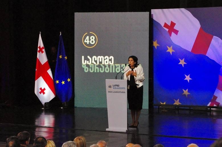 Spotkanie przedwyborcze Salome Zurabiszwili, nowej prezydent Gruzji. Urodziła się w Paryżu w rodzinie gruzińskich emigrantów politycznych. Pracowała we francuskiej dyplomacji. W 2004 roku została szefem MSZ Gruzji, później kontynuowała karierę polityczną w Gruzji.
