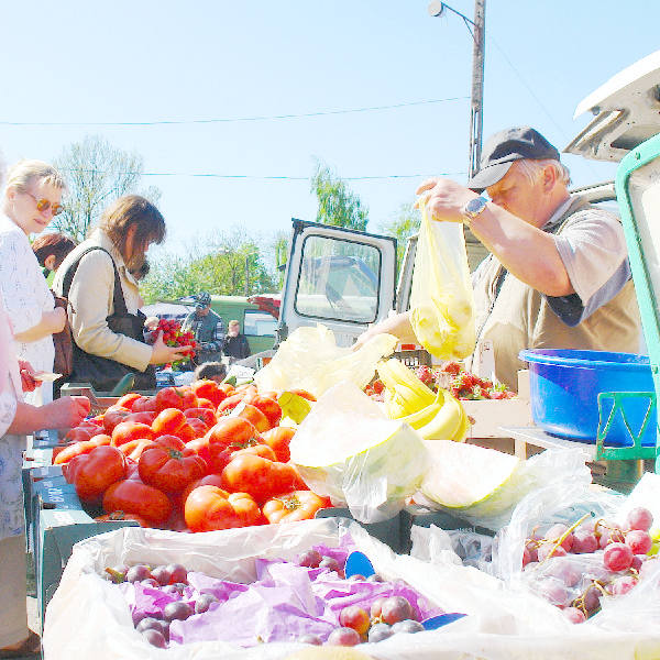 Owocami i warzywami legalnie handlować można tylko na targowiskach, np. tym przy ul. Kosynierów Gdyńskich.