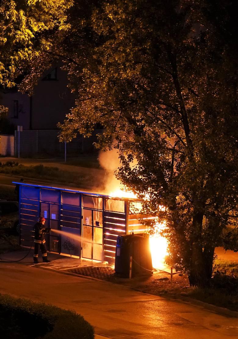 Ogień w centrum Ruczaju. Przy ul. Kobierzyńskiej spłonęła w nocy wiata śmietnikowa