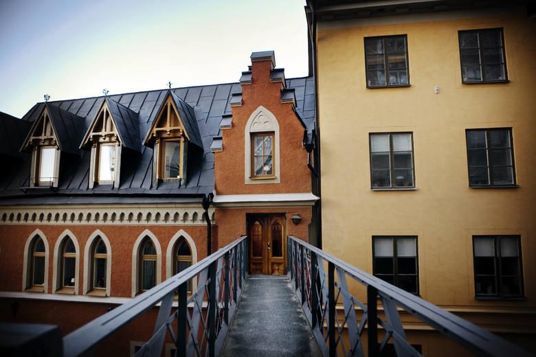 To Bellmansgatan No. 1, czyli adres zamieszkania Mikaela Blomkvista. Na zdjęciu widać wejście do budynku, gdzie dziennikarz mieszka w Sztokholmie. Jego mieszkanie, znacznie mniejsze od apartamentu genialnej hakerki, jest w budynku z czerwonej cegły na ostatnim piętrze. Mikael ma widok na Gamla...