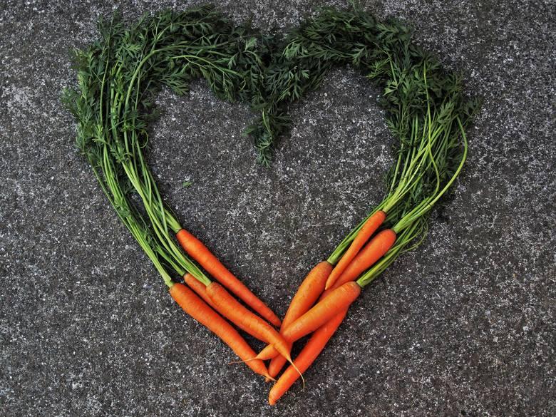 Marchewka to warzywo o udowodnionym pozytywnym działaniu na serce. Jej regularne spożywanie pomaga obniżać skurczowe ciśnienie krwi, ograniczać powstawanie