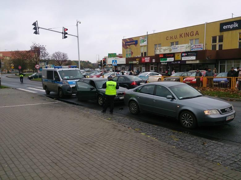 Kolizja czterech aut w Policach. Radiowóz uderzył w skodę