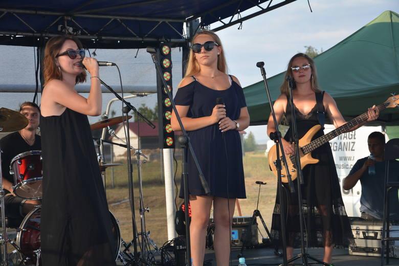 Na scenie wystąpiły też lokalne zespoły. Na zdjęciu grupa Watermelon Soup.
