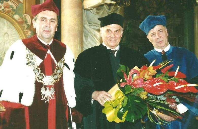 Prof. Romuald Gelles – rektor Uniwersytetu Wrocławskiego, Ryszard Kapuściński – doktor honoris causa tej uczelni i prof. Jan Miodek – promotor Kapuścińskiego po uroczystości w Auli Leopoldyńskiej, listopad 2001