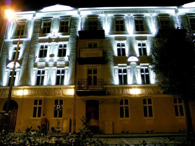 Centrum Organizacji Pozarządowych doczekało się ostatnio pięknej iluminacji. Obecnie ul. Małeckich jest jedyną w Ełku w pełni odrestaurowaną, zabytkową