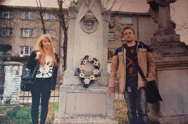Maja i Michał Próchniccy na polskim cmentarzu w Złoczowie przy grobie swego  prapradziadka Stanisława Maly'ego - prawnika, rok 2013.