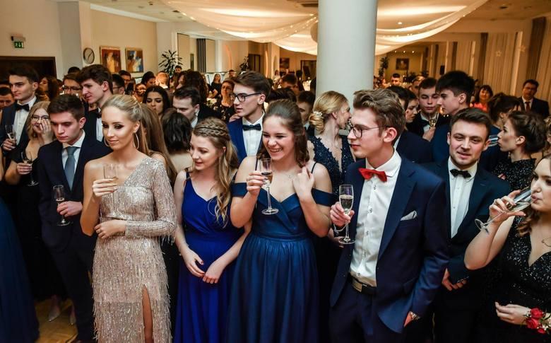 W piątek (17 stycznia) maturzyści IX Liceum Ogólnokształcącego w Bydgoszczy bawili się na swojej studniówce. Zobaczcie zdjęcia z balu studniówkowego