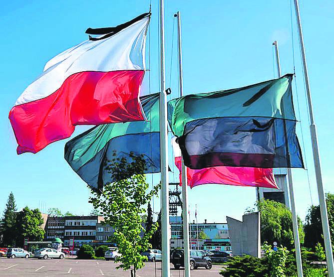 Przed Zofiówką flagi opuszczono do połowy na znak żałoby