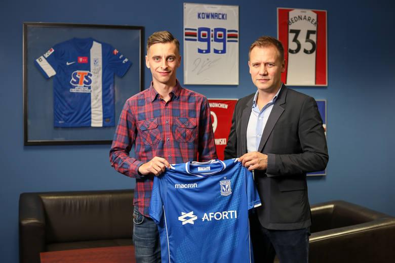 Juliusz Letniowski prezentuję koszulkę Kolejorza w obecności dyrektora sportowego Lecha Tomasza Rząsy