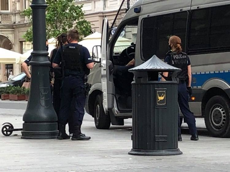 Wyzywał przechodniów na Piotrkowskiej - interweniowała straż miejska i policja ZDJĘCIA