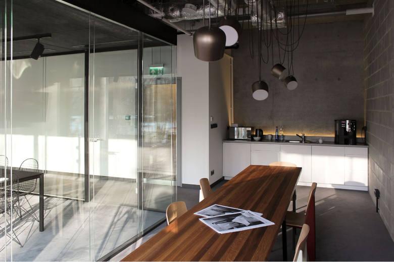 A oto warszawskie biuro Medusa Group, w słynnym biurowcu Cosmopolitan przy Twardej 4. Architekci ulokowali się na pierwszym piętrze. - Oddział w Warszawie ma otwarty plan. Ja nie potrzebuję tam już biurka, lubię zmieniać miejsce, lubię popracować na sofie czy na wysokim stołku i to jest OK -...