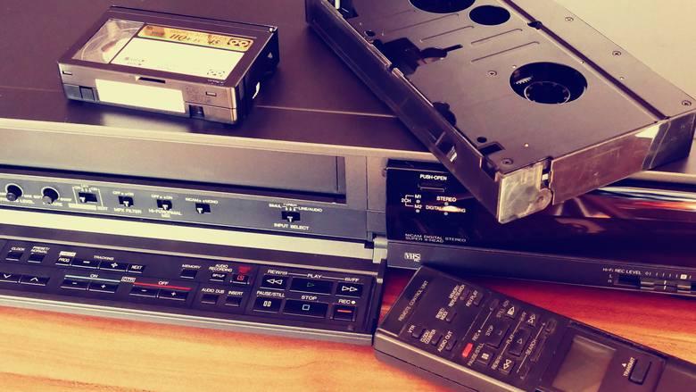 """Era kaset VHS to wyjątkowy czas dla kina, który widzowie wspominają z wielkim sentymentem. Wszystko to za sprawą filmów określanych dzisiaj mianem """"kultowych"""","""