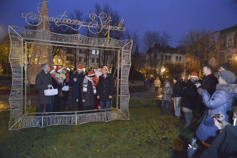 Wzorem lat ubiegłych przy ulicy Sienkiewicza w Słupsku z okazji Mikołajek odpalone zostały świąteczne iluminacje. Zapraszamy do galerii zdjęć.