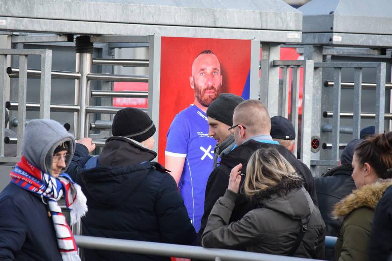 Przed meczem Raków - Legia. Tłumy kibiców i mnóstwo policji