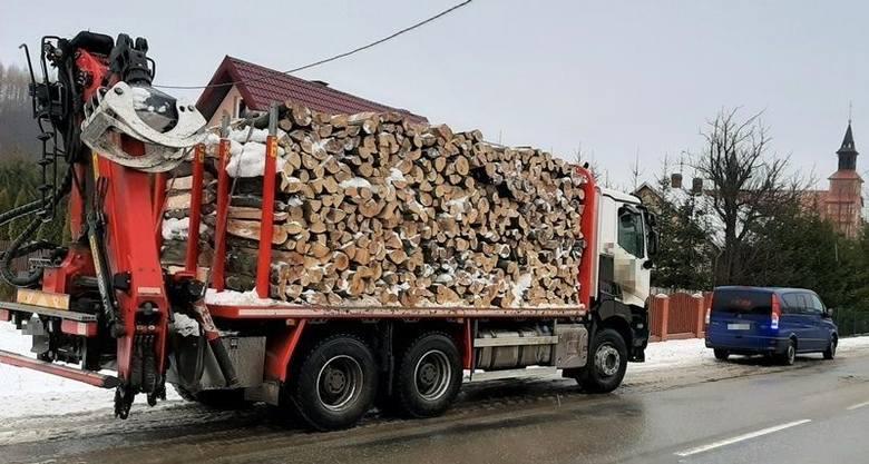 Niebezpieczny transport drewna w Bieszczadach. Interweniowała Inspekcja Transportu Drogowego