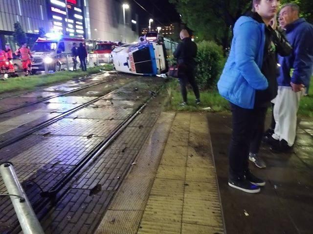 Groźna kolizja przy Galaxy w Szczecinie. Karetka leży na torowisku [ZDJĘCIA, WIDEO]