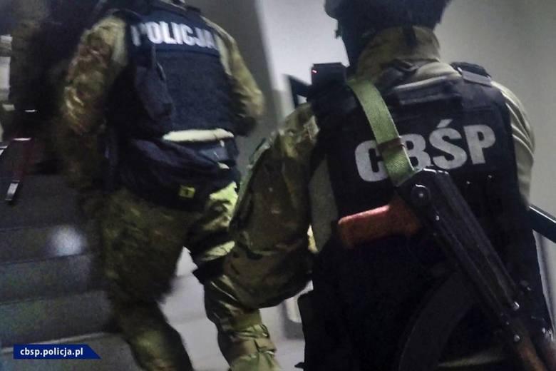 Policjanci CBŚP wspólnie z prokuraturą z Rzeszowa rozbili zorganizowaną grupę przestępczą, której członkowie są podejrzani o czerpanie korzyści z nierządu.
