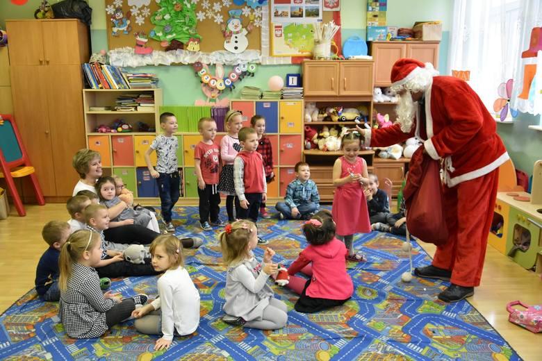 6 grudnia na rynku w Iwaniskach pojawił się Mikołaj, który wprowadził mieszkańców w świąteczny nastrój.Wizytę w gminie rozpoczął od uroczystego zapalenia